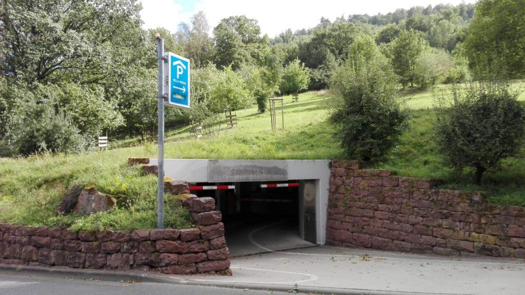 Streuobstwiese mit Tiefgaragen-Einfahrt