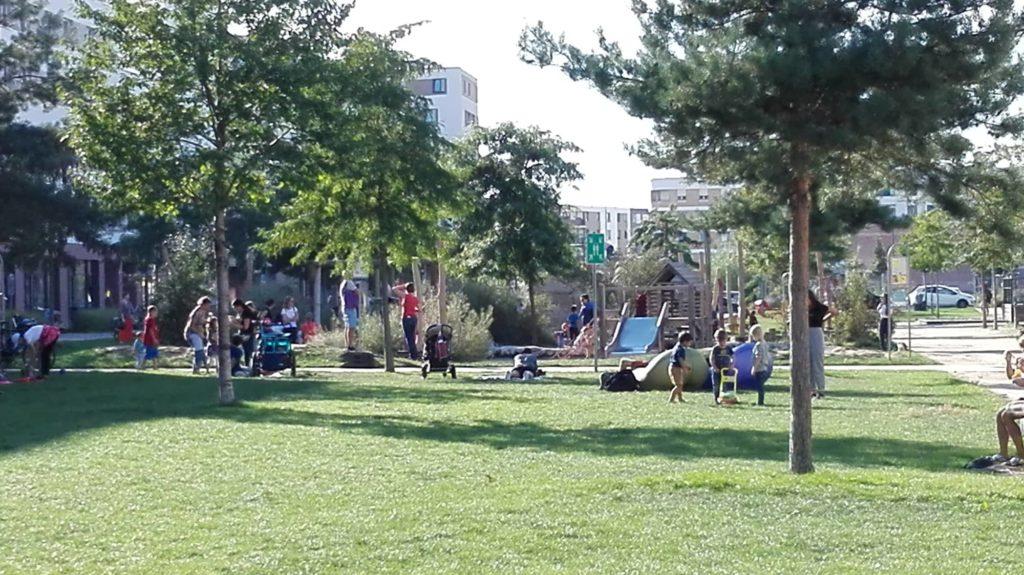 Spielplatz Zollhofgarten, Bahnstadt. Ein begrünter Spielplatz wirkt einladend und ermöglicht den Kindern ganz nebenbei erste Naturerfahrungen.